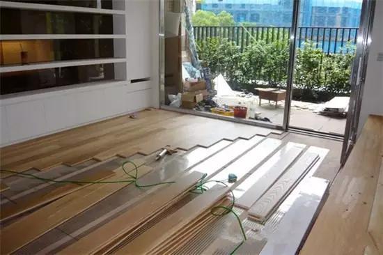 把木地板铺在瓷砖上,装修就能省钱吗?
