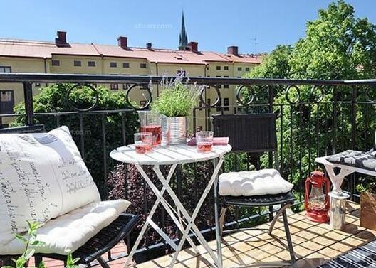 美式桌椅,杯里倒上些许红酒,醉意微醺,坐在阳台上,懒懒的晒晒太阳.
