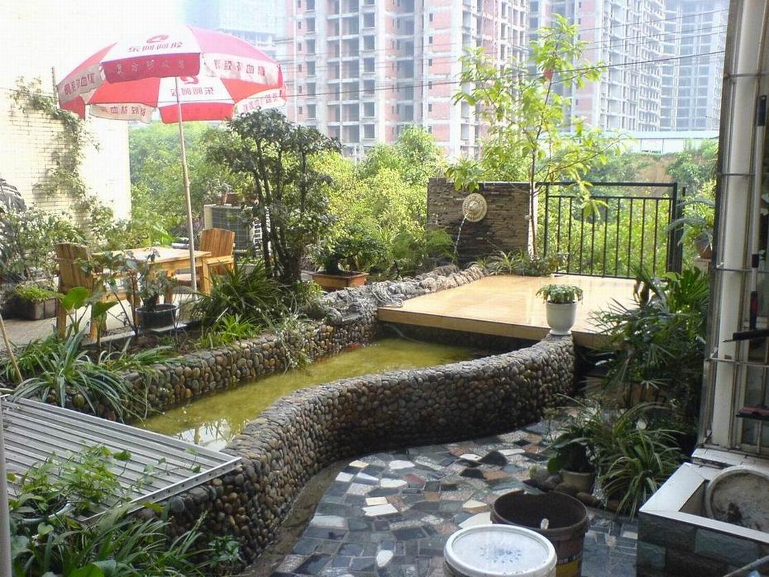 如果家中阳台足够大,可以建个花池,搭个小棚,喝酒聊天,惬意十足.