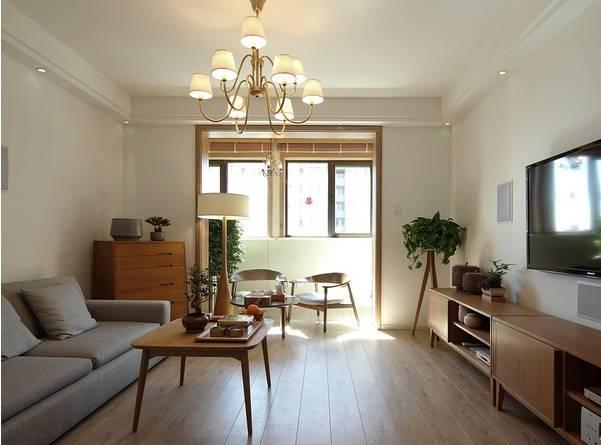 客厅里,米白色墙面搭配灰色布艺沙发,质朴的细脚桌椅,自然的触感